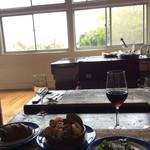 バル デルマル - テーブルからの眺め。窓が大きく開放感があります。