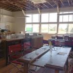 バル デルマル - 木工室のテーブルとアウトドア用のイスがユニーク
