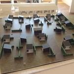 バル デルマル - 小屋が並んだ完成模型。奥の白い模型左がレストラン。