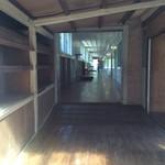 バル デルマル - 廊下はしっかり学校の雰囲気