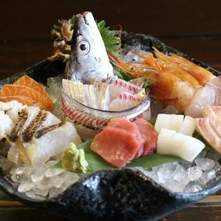 その日に仕入れた新鮮な魚料理を五感で楽しむ。