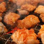 豚焼きホルモン 豚トン - カリッとジューシーな炭火焼き