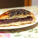 サカエパン - あんこは甘味が穏やか。黒胡麻たっぷりなのもイイネ
