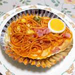 サカエパン - ナポリタンくん(¥200)。赤いプレスハムにお月様のような玉子、すべてが完璧です!