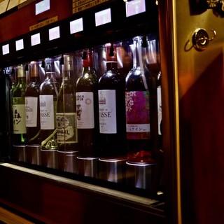 常時8種類以上のワインも飲み放題。専用システムで状態も万全。