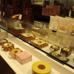 クラブハリエ B-スタジオ - 大きなバームクーヘンを丸太そのままに飾ってある店内には様々な形のバームクーヘンが並んでました。