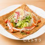 Cafe T - そば粉の風味豊かなガレットにサラダをプラスした『スモークサーモンサラダのガレット』