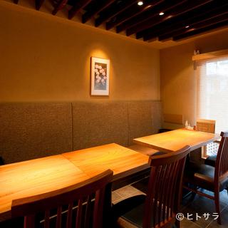神楽坂の路地裏に佇む、落ち着いた雰囲気の隠れ家料理店
