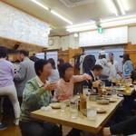 元祖串かつ だるま - お店の奥にテーブル席があります。