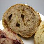 ベーカリーカフェ パン工房 ハイジ - クルミ&レーズンのライ麦パン