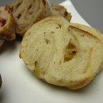 ベーカリーカフェ パン工房 ハイジ - リンゴのライ麦パン