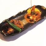 鶏肉の黒胡椒炒め甘辛ソースと海老のアメリケーヌソース