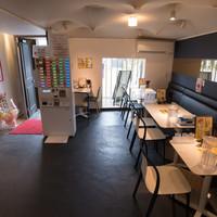 【テーブル席】白と黒を基調とした落ち着きのある店内(お店のメインフロアー)