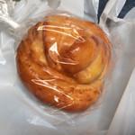 カフェふろーと - レジ前で売ってた安売りパン(これは30円)