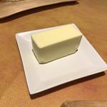 ビストロ グラン ソレーユ - バターも大きい!