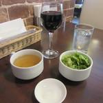 ハンバーグ・ステーキ宮崎亭 - セットのサラダ・スープ、グラスワイン