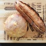 横濱港町ベーカリー玉手麦 -  コーンパンとピーナツのパン