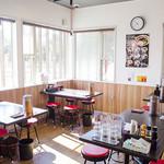 東京発祥豚骨ラーメン 哲麺縁 - 国道に面したテーブル席です。