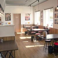 東京発祥豚骨ラーメン 哲麺縁 - カウンター席、テーブル席、小上がり席のある明るいお店です。
