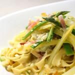 ピッツォランテ スパッカ ナポリ - フェットチーネ 2色のアスパラとアンチョヴィのクリームソース スカモルツァチーズ添え