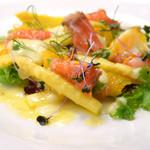 ピッツォランテ スパッカ ナポリ - 国産ホワイトアスパラとサーモンのサラダ オレンジ風味