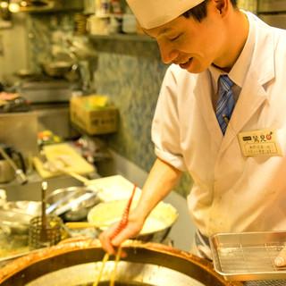 揚げたてアツアツ天ぷら。80センチの銅鍋でサクッと揚げる
