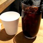 66219132 - 比較用水の紙コップとアイスコーヒー
