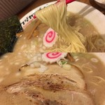フジヤマゴーゴー - 麺リフトに厚切りチャーシュー