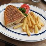 Cafe Habana TOKYO - ランチ:1/2 キューバ・サンドイッチ フライド・ポテト1