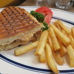 Cafe Habana TOKYO - ランチ:1/2 キューバ・サンドイッチ フライド・ポテト2