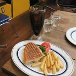 Cafe Habana TOKYO - ランチ:1/2 キューバ・サンドイッチ フライド・ポテト コカコーラ・ゼロ