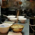 札幌ラーメン こぐま - 厨房です