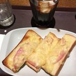 トラジャコーヒー - ハムチーズ( ´∀`)トースト アイスコーヒー(^。^)
