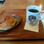 琥八 - 料理写真:カフェスペースでモーニングしました。(ぶどうパン&アメリカン珈琲)