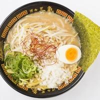 博多三氣 - 『濃厚焦がし味噌とんこつラーメン』オリジナルブレンドの味噌を焦がして作る本格派。ラー麦100%の縮れ麺がスープによく絡みます。