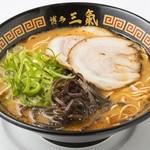 博多三氣 - 豚骨のスープをベースに三氣独自のピリ辛ピリ辛の赤ダレ。 辛さは無料で1辛 2辛 3辛 が選べます。『げん氣ラーメン』