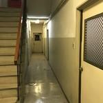 シオン - ビルの奥の入り口