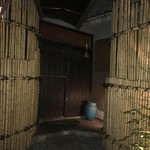 シオン - ビルの入り口を開けると本当の入り口
