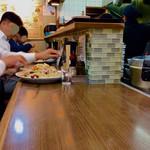 大洋軒 - 店内風景(カウンター)。2つ隣に大盛皿うどんが配膳されて思わず。
