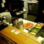 ウッドベイカーズ - ピザ調理中の厨房