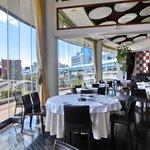 ツキ シュール ラメール - 内のテーブル席に迫る絶景の眺望です