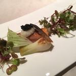 ミチノ・ル・トゥールビヨン - 桜鱒のミキュイ、皮は剥がしてパリッと焼いている