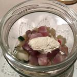 ミチノ・ル・トゥールビヨン - 鯵、根菜、胡瓜の瞬間スモークの瓶詰め