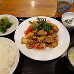 龍祥軒 - 生揚げと肉、ピーマン炒め セット全景