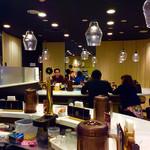 ダイヤモンドカリー - 店内風景。二つのU字型カウンターそれぞれにホール係が配置されている。