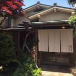 小田原おでん本店 - 門の中に入ると暖簾がかかった日本家屋が現れます!