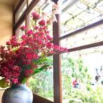 66272152 - 店内にも花が飾られていて美しいです。