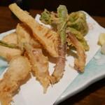 66273187 - 朝採れ筍が入った旬野菜の天ぷら盛り1200円