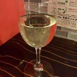 イタリア大衆食堂 堂島グラッチェ - 「エゴット トレッビアーノ&シャルドネ」(グラス 440円)。
