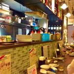 イタリア大衆食堂 堂島グラッチェ - 店内風景(カウンター)。座席番号A-1、カウンター左端から撮影。